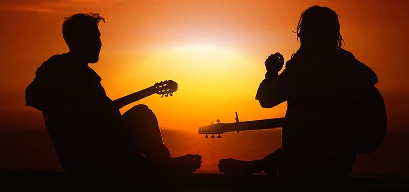 Aprender a tocar violão e socialização.