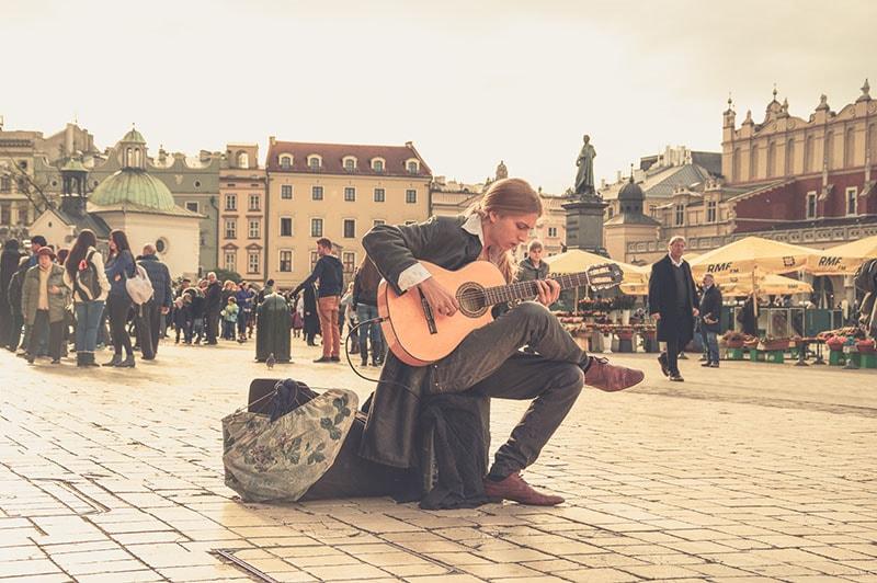 Aprender tocar violão e dinheiro extra.
