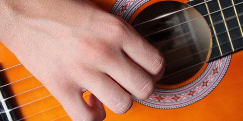 Aprenda a afinar o violão.