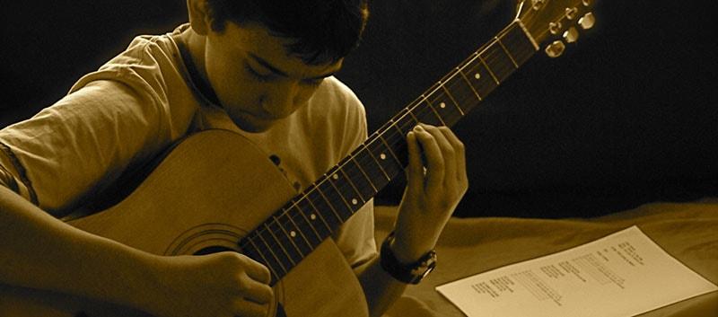 Como aprender a tocar violão sozinho?